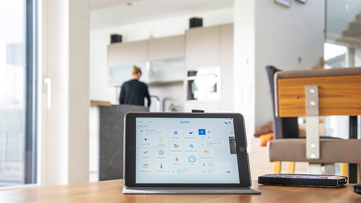 evon Smart Home Steuerung mit Tablet